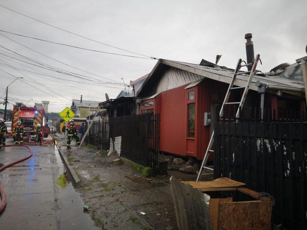 Bombero sufre golpe eléctrico en control de incendio en Puerto Montt