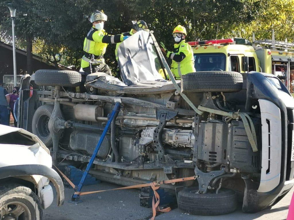 Accidente vehicular deja personas atrapadas y lesionadas en Angol: un auto se volcó