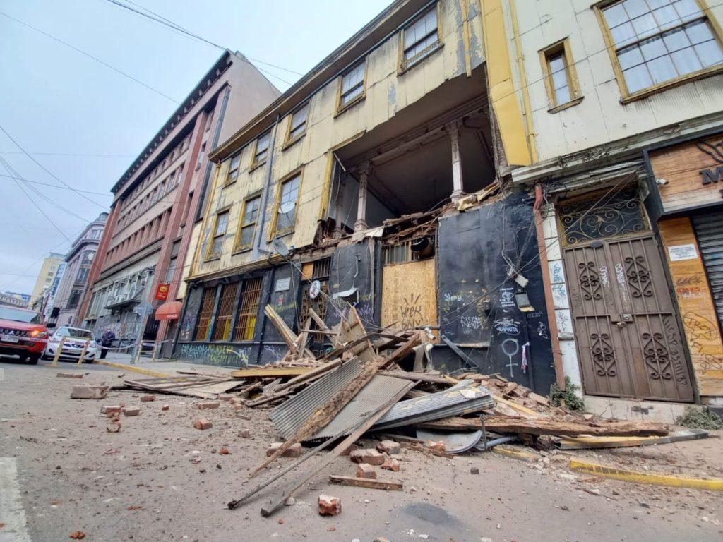 Muro del reconocido Bar Inglés en Valparaíso se desploma y cae en plena vereda