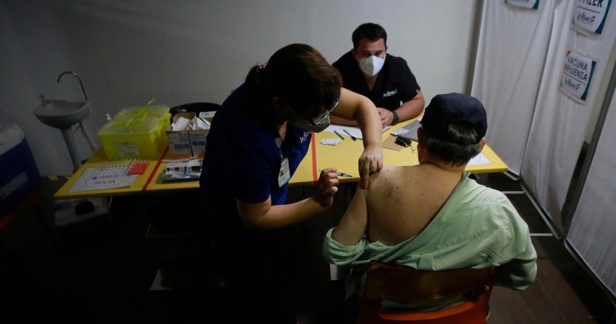 persona recibe vacuna contra covid
