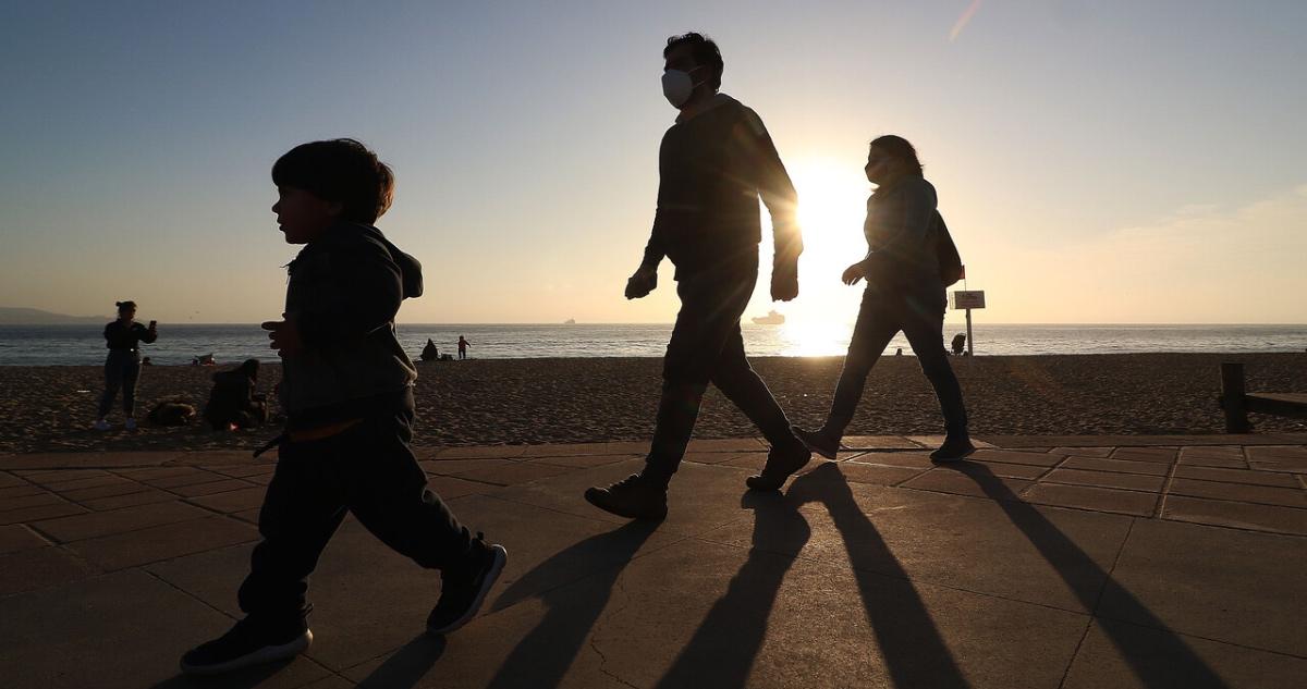 Familia camina por comuna en Fase 2