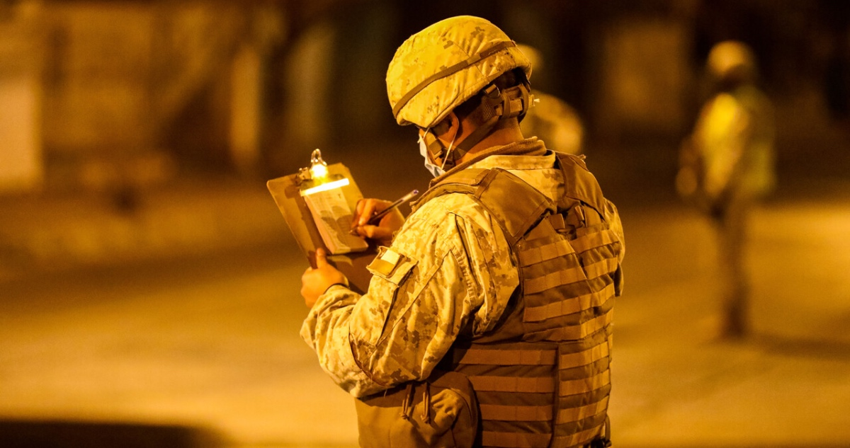 militar resguarda toque de queda