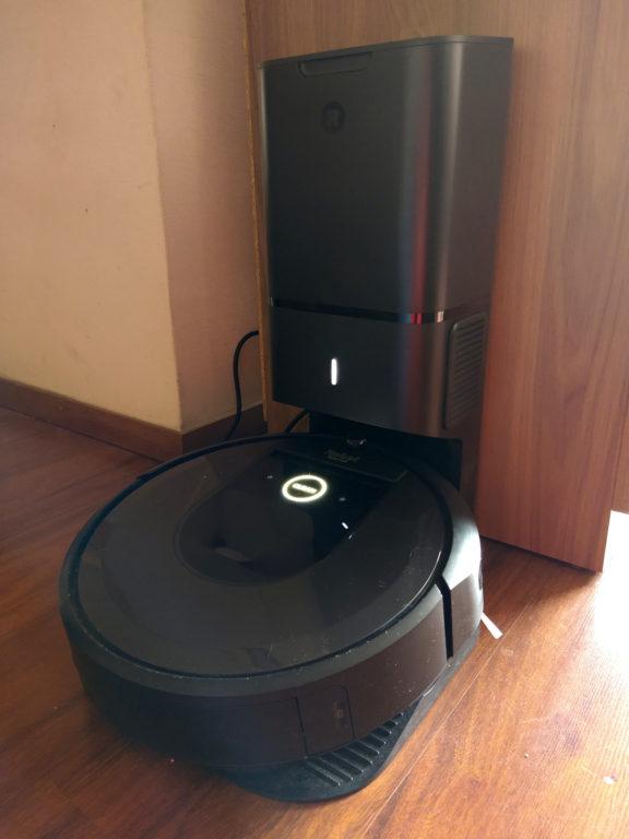 Roomba i7+ en su base de Tron