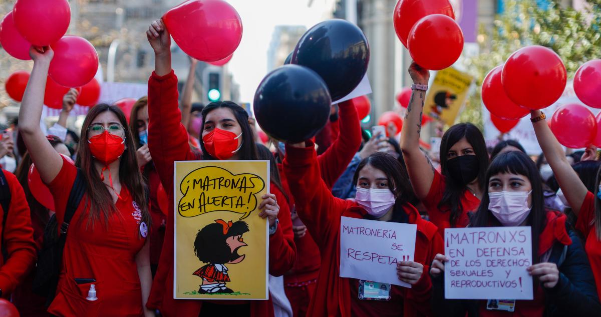 Matronas se movilizan en la afueras del ex Congreso