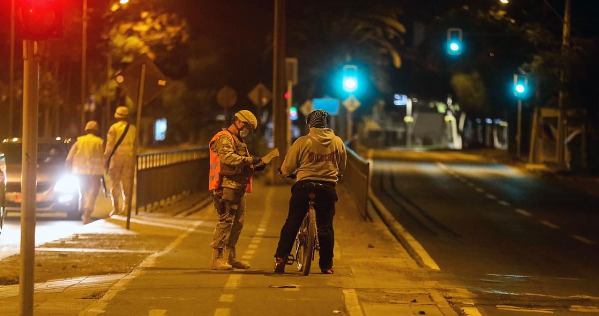 Fiscalización a ciclista en toque de queda