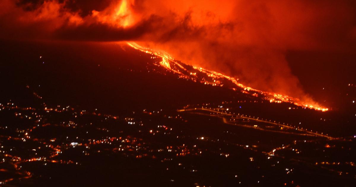 Captan en imágenes cómo lava volcánica avanza por Canarias carboniza viviendas y árboles a su paso