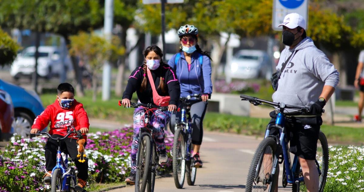 Familia en bicicleta en comuna en Apertura
