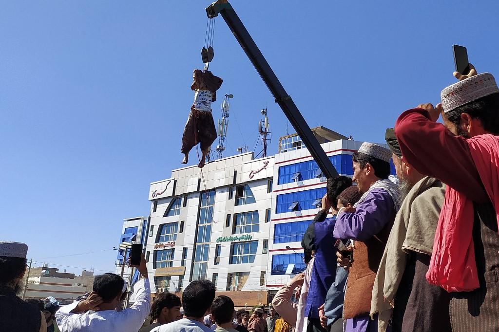 Talibanes cuelgan cadáveres en plazas